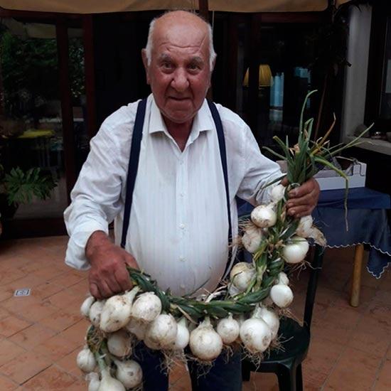 Pietro Anastasi con le cipolle del suo orto.